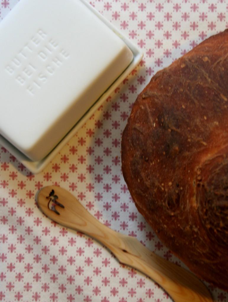 Kartoffelbrot mit Butter und Brotmesser