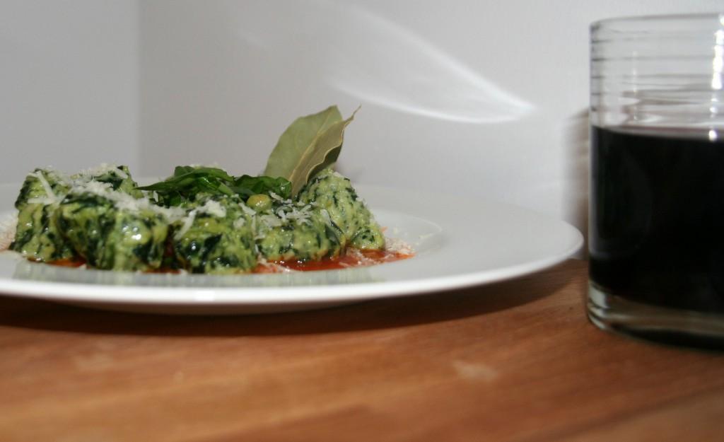 Spinat-Salbei-Nocken frisch serviert