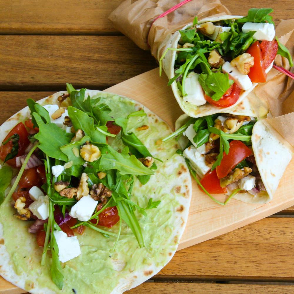 Avocado-Feta-Wrap mit Salsa