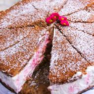 Eisgekühlte Himbeer-Baiser-Torte