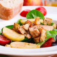 Grüner Salat mit Apfel, scharfem Hühnchen und Orangendressing