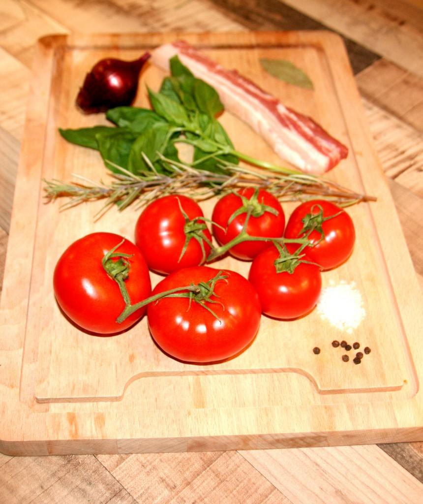 Zutaten: Tomaten, Rosmarin, Basilikum, Speck, Zwiebel, Koblauch, Salz, Pfeffer