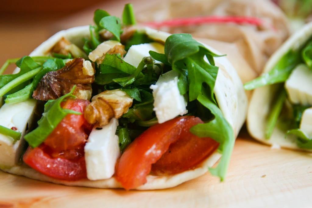 Avocado-Feta-Wraps mit scharfer Salsa