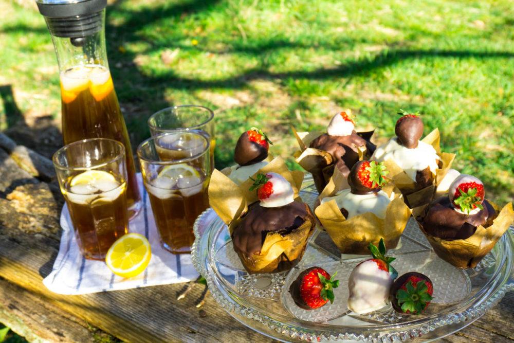 Picknick-Ideen:Schokomuffins-mit-Erdbeeren und Eistee